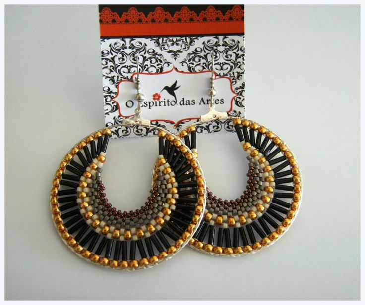 Materials: 8/0 seed beads; 6mm bugles; 11/0 delica beads; 15/0 seed beads; 50mm hoops. http://oespiritodasartes.blogspot.pt/ https://www.facebook.com/oespiri...