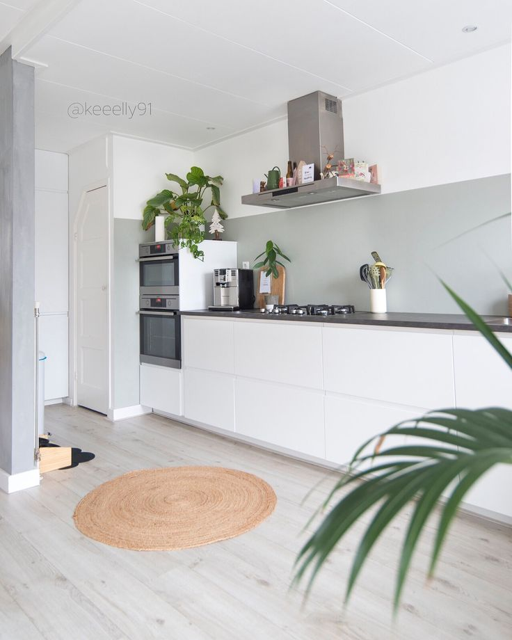 White ikea kitchen with green plants @keeelly91 Www.keeelly91blog.eu #ikea #kitchendesign #whitekitchen #keuken #plants #greenery #palejadegreen #interieur #interiordesignideas