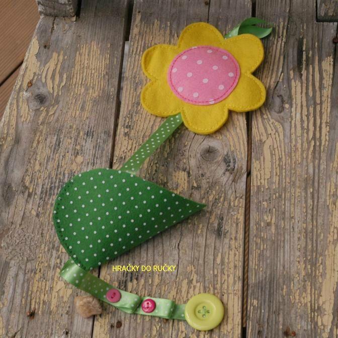 Sponkovník KYTIČKA - ručně šitý sponkovníček KYTIČKA, ozdobený knoflíky - stuha na sponky, lupen jako kapsička na gumky a dole očka na pověšení čelenek, - celková vel. cca 50 cm - kytka cca 15 cm