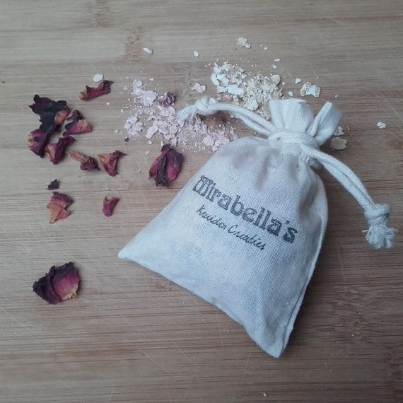 Bath Soak Rose Pink clay has soothing and cleansing properties and oats make your skin super soft. Roses at some extra love and are also soothing.  How to use : Let the sachet float near the faucet when you fill your bathtub. Gently squeeze the sachet during bathing to make sure all the skin soothing substances are released.  Ingredients : AVENA SATIVA (oats)*, KAOLIN (pink clay), ROSA DAMASCENA FLOWER (rozenblaadjes)*. *Organic.  Suitable for sensitive skin, without perfume. A very pure…