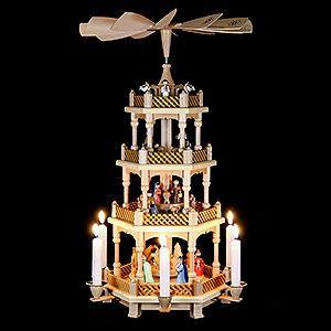Traditionelle deutsche Weihnachtspyramide aus dem Erzgebirge. Wunderschöne Weihnachtsdekoration!