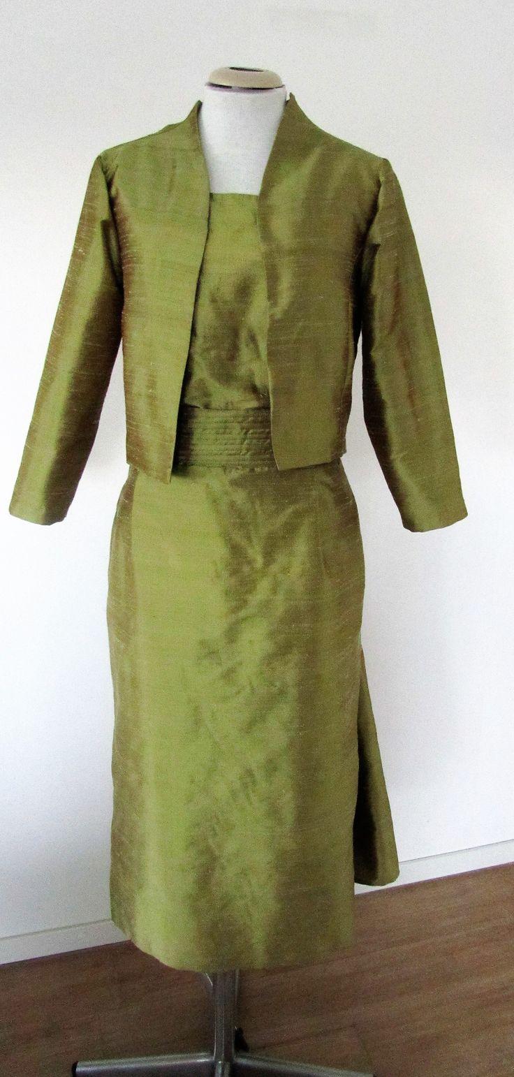 Bruidscombinatie voor een iets oudere bruid. Prachtige linde-groene kleur van Chantung zijde. Zie ook de detailfoto.
