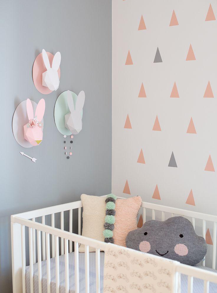 """Optando por branco, rosa claro, cinza e verde """"mint"""" como a paleta de cores, várias formas, como triângulos, nuvens e círculos, você pode criar seu próprio padrão divertido. Incluindo t…"""
