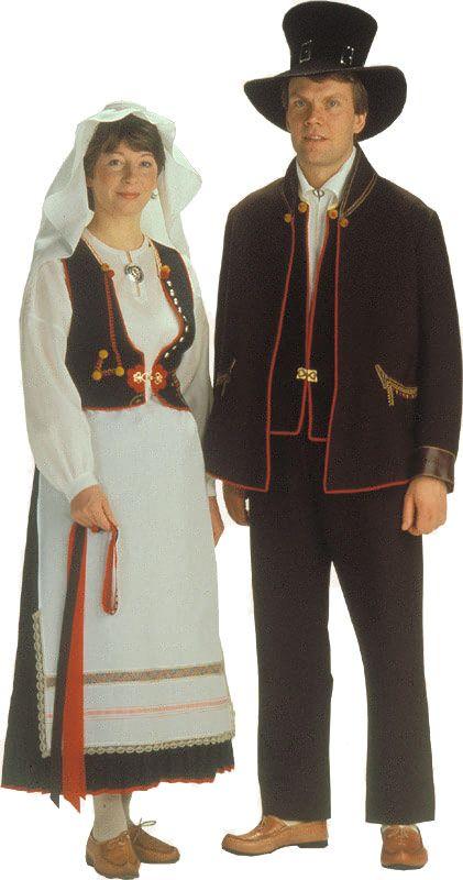 Kaukolan naisen ja miehen kansallispuvut ©  Suomen käsityön museo