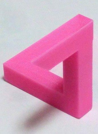 """Penrose Triangle, one of the impossible items! Ίσως το πιο γνωστό από τα λεγόμενα """"αδύνατα αντικείμενα"""". Φαίνεται σαν ένα απλό αντικείμενο με περίεργο σχήμα, μέχρι να το κοιτάξουμε από μία συγκεκριμένη γωνία, οπότε και αποκαλύπτεται ένα αντικείμενο που στην πραγματικότητα δεν είναι δυνατόν να υπάρξει."""