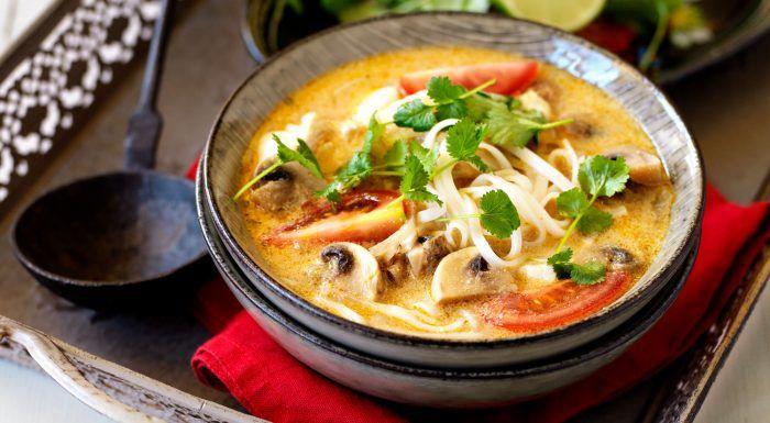 Röd curry- och kokossoppa med torsk och risnudlar