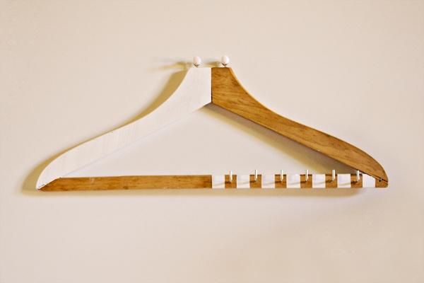 Appendichiavi realizzato da una vecchia gruccia in legno.