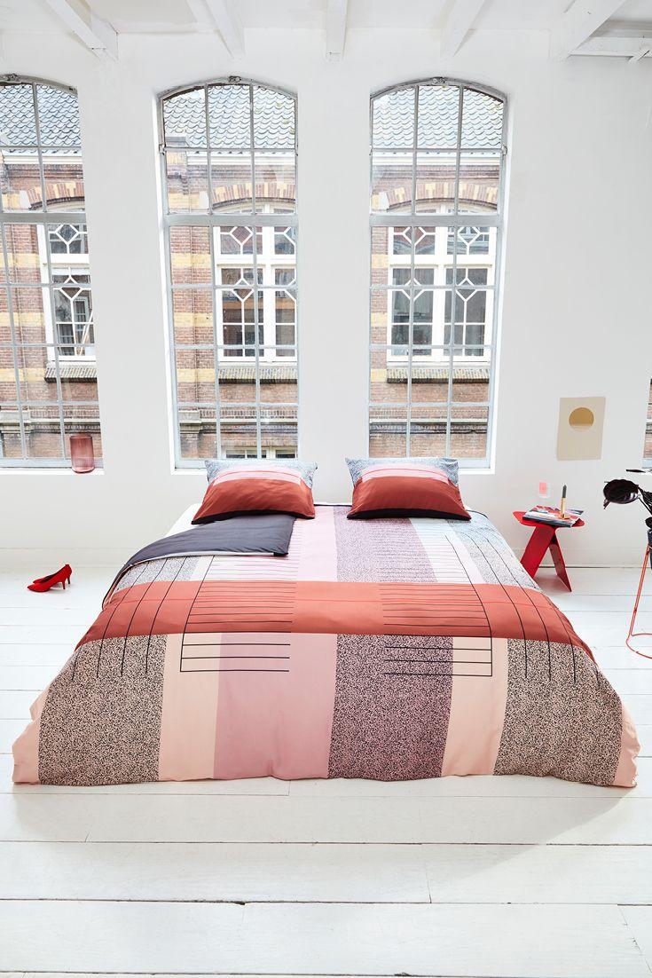 Fashiontrend: roze blijft, colour-blocking komt terug. Roze vormt het centrum van alle kleuren in je slaapkamer interieur. De bedlinnen set Art Multi van Mae Engelgeer combineert zacht roze met hardere kleuren als rood, gebrand oranje, donkerblauw en zwart. Deze trend kan je toepassen in zowel je moderne als je klassieke slaapkamer.