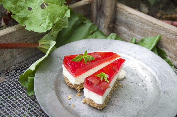 FOODIE ostekage med rabarber og jordbær