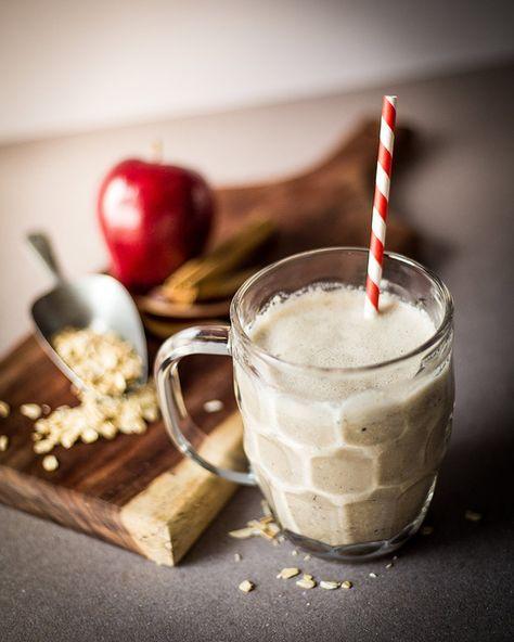 Batido de avena con manzana: 1 ó 2 tazas de leche vegetal (preferiblemente de avena o almendra). 1 cucharada de avena. 1 dátil. Media manzana roja. Canela, vainilla. 2 cucharadas de semillas de cáñamo
