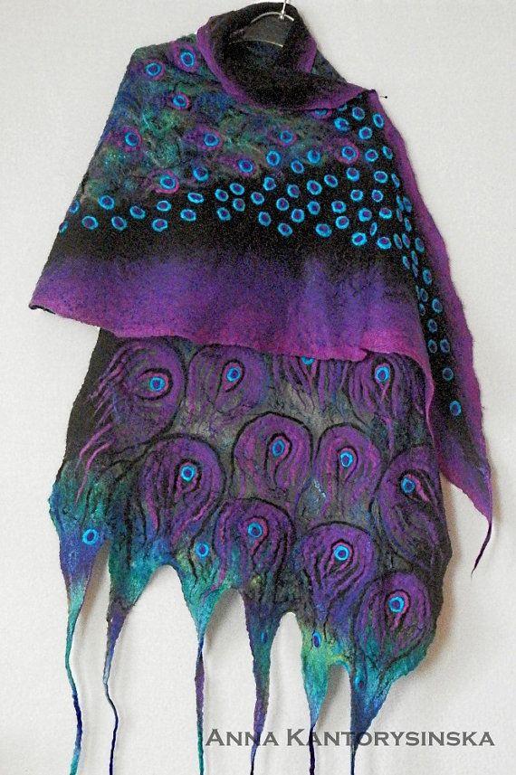 Uitstekende gift.  Nuno vilten zijden sjaal PEACOCK paarse sjaal omslag met paarse sjaal, kunst te dragen, grote sjaal, zijde wol sjaal, Nuno voelde, Boho, Fiber Art by Kantorysinska.  Nuno Gevilte zijden sjaal paars PEACOCK. Het is uiterst romantisch en aantrekkelijk. Het vraagt de aandacht van mensen om je heen. Is de gestileerde pauwenveren op een zwarte achtergrond. Het is gemaakt van zacht zwart zijde chiffon en hoge kwaliteit Australische merinoswol, versierd met glanzende zijde…