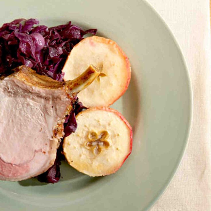 This recipe for pork roast with roasted apples and braised red cabbage is sure to appeal to the entire family.