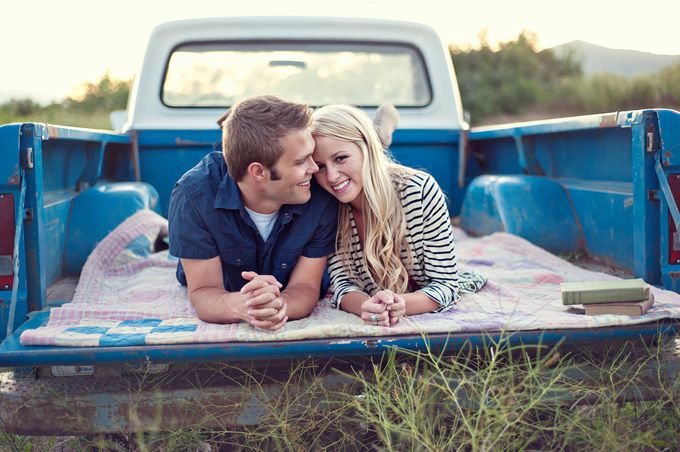 Vintage truck engagement photos.: Engagement Pictures, Photo Ideas, Country Girl, Engagement Photos, Vintage Trucks, Engagement Pics, Couple Pictures, Picture Ideas, Photography Ideas