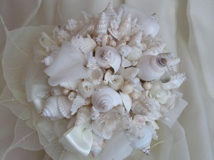 Un bouquet da sposa di matrimonio sulla spiaggia, realizzato con conchigle e chiocciole marine