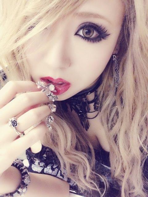 goshikku gyaru makeup