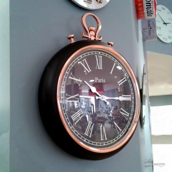 Reproduction géante d'une montre à gousset  Style rétro, chiffres romains  En métal  Fonctionne avec 1 pile LR6 AA  Cadre grand format 38 cm  Déco vintage élégante pour votre salon..;