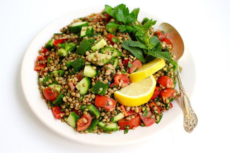En nyttig libanesisk sallad med fantastiska smaker. Gröna linser som får marineras i en syrlig vitlöksmarinad tillsammans med mynta och persilja. Den blir smakrik, matig och fräsch. Ett gott tillbehör till grillat och ett härligt inslag på buffébordet. De flesta grönsaker passar utmärkt att blanda med linserna. 6 portioner Libanesisk sallad 4 dl gröna linser 6 msk olivolja 6 st vitlöksklyftor Ca 4 dl finhackad färsk persilja 1 dl finhackad färsk mynta eller 2-3 msk torkad mynta 2-3 st…