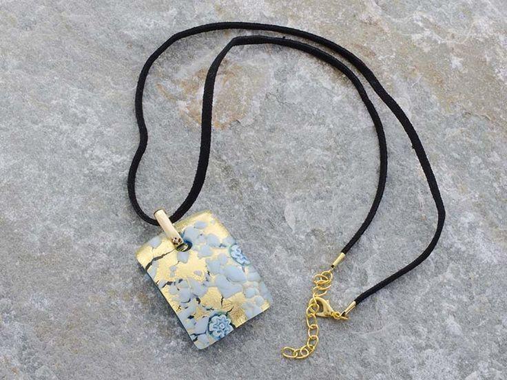 Collana pendente in vetro di Murano a piastra di rettangolare bombata con sfumature di azzurro e oro Il cordino è in alcantara di colore nero