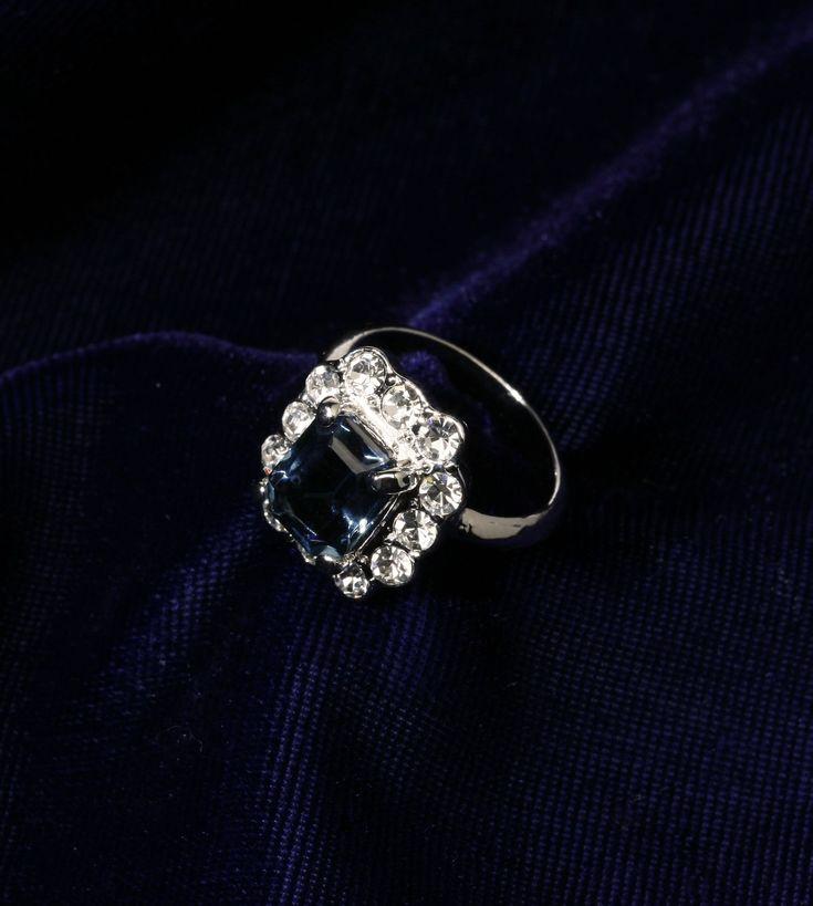 Escolhido a dedo pela Princesa Diana para seu noivado, o anel hoje pertence à nora, Catherine, a duquesa de Cambridge, mais conhecida como Kate Middleton. O anel tem uma safira de 18 quilates cercada por diamantes