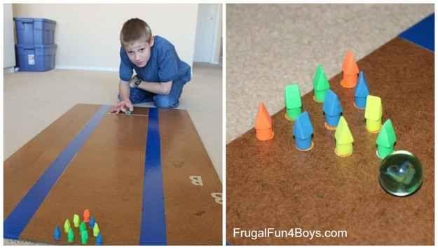 Aus Radiergummis und einer Murmel kannst Du ein überraschend süchtig machendes Bowling-Spiel für zu Hause bauen.