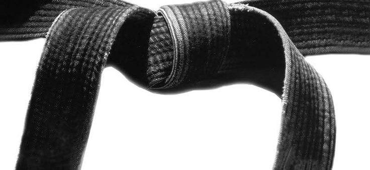 Как известно, в каратэ за разные уровни мастерства присуждаются пояса различных цветов. Градация поясов и их количество могут существенно различаться в зависимости от стиля. Что интересно, в «изначальном» окинавском каратэ было всего лишь пять поясов, цвета которых объяснялись очень просто:  белый – чистенький пояс новичка, едва-едва приступившего к занятиям; желтый – пояс ученика, долго осваивавшего базовые техники и хорошенько при этом попотевшего (именно от пота пояс становился желтым)…