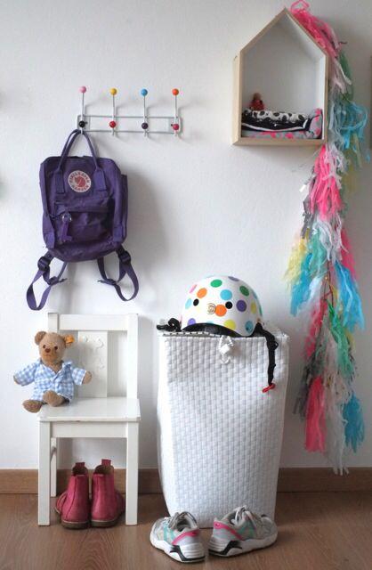 Unsere Garderobe für die Kinder, passt in jedes Kinderzimmer oder in den Flur. Den tollen Fahrradhelm haben wir bei www.vaola.de gefunden, schöne bunte Punkte für den Frühling!
