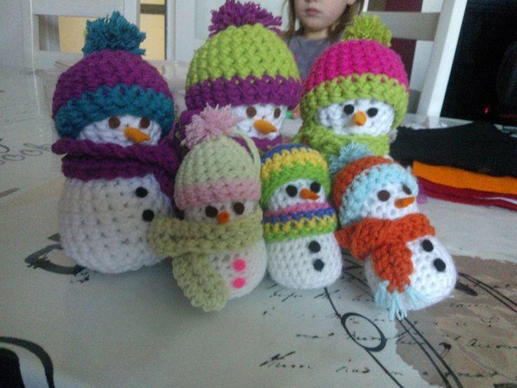 La famille bonhommes de neige au crochet suspendre dans - Bonhomme de neige au crochet ...