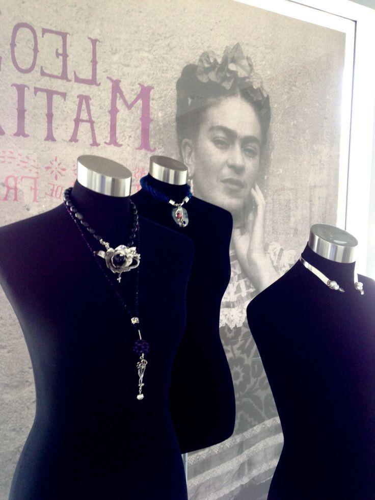 Exposición 25+1 Joyeria Contemporanea en Galeria Arte Consult. Collares Lorena Cardona, Adriana Vidal y Carmen Landa.