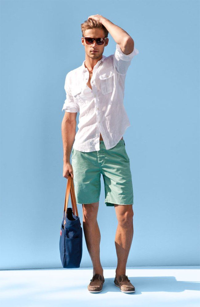 Comprar ropa de este look: https://lookastic.es/moda-hombre/looks/camisa-de-manga-larga-blanca-pantalones-cortos-verde-menta-nauticos-marrones-bolsa-tote-azul-marino/2447 — Pantalones Cortos Verde Menta — Bolsa Tote de Lona Azul Marino — Náuticos de Ante Marrónes — Camisa de Manga Larga de Lino Blanca