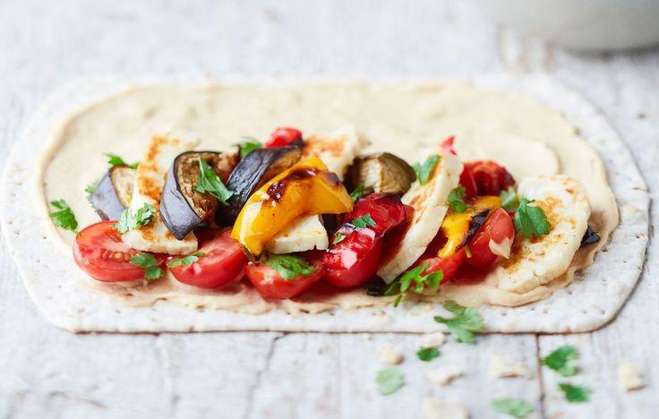 Rullaa tortillan sisään itsetehtyä hummusta, paahdettuja kasviksia ja paistettua halloumia. Tätä parempaa kasviswrapia saa hakea!