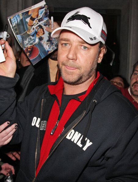 Russell Crowe Photos Photos - Russell Crowe keeps his cool as he leaves Mr Chow restaurant. - Russell Crowe at Mr. Chow