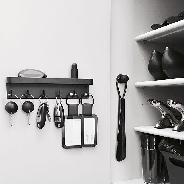 キッチン・トイレ・洗面所・玄関などは、場所にたいして物が多いので、収納に頭を悩ませている方も多いのではないでしょうか。そんなときは、ちょっとした隙間や空間を利用したいもの。下駄箱下、扉の裏、壁の隙間など、デッドスペースを収納に活用するヒントを、ユーザーさんの実例からご紹介します。