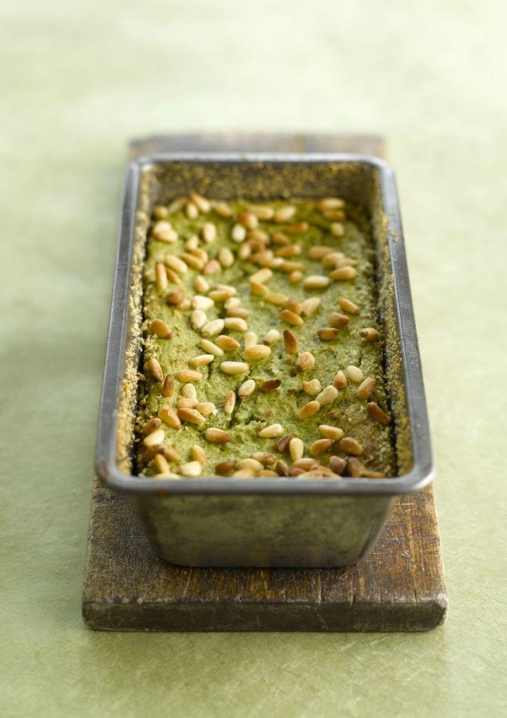 bereiden:Kook de sperziebonen gaar. Pureer ze grofweg in een blender. Voeg wat zout en versgemalen peper toe. Verwarm de oven op 180°C.Maak een bechamelsaus door de boter met de bloem op een zacht vuurtje goed te mengen. Voeg beetje bij beetje de melk toe onder voortdurend roeren tot je een gladde saus bekomt. Breng op smaak met nootmuskaat, versgemalen peper en zout.Klop de eieren los, meng met de bechamelsaus, de Parmezaanse kaas en de gehakte basilicum en spatel onder de bonenpuree. Br...