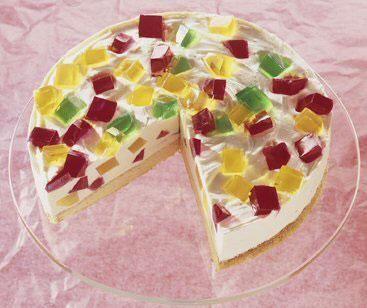 Eine cremige Torte mit Götterspeise, schön bunt für Karneval