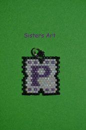 Ciondolo personalizzato con iniziali, realizzato con perline delica, by Sisters Art, in vendita su http://www.misshobby.com/it/negozi/sisters-art