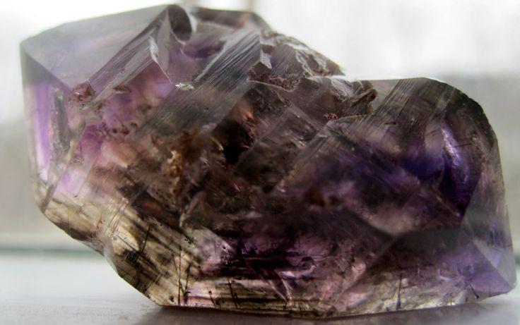 Super Seven - Un cristal cu 7 proprietati terapeutice.  Super Seven este un cristal deosebit si rar, fiind cunoscut si sub numele de Piatra lui Melody sau Sacred Seven.