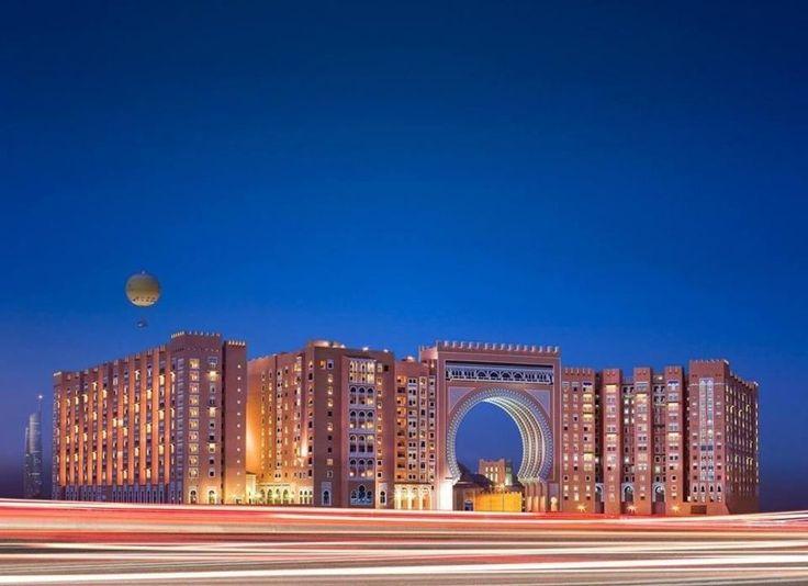 Von der Autobahn aus  Mövenpick Hotel Ibn Battuta Gate