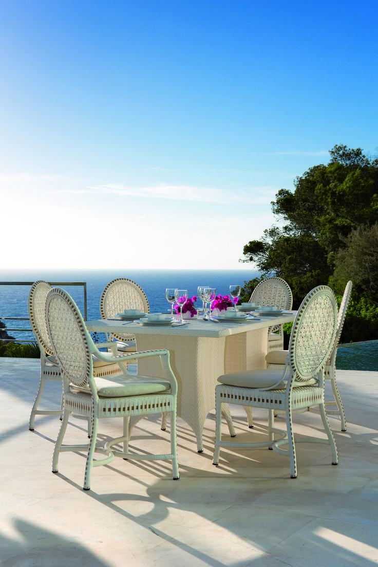 Toutes de résine tressée blanche vêtues, la #table et les chaises #Monaco de #PointSL vous transportent, le temps d'un repas, sous le soleil azuréen.