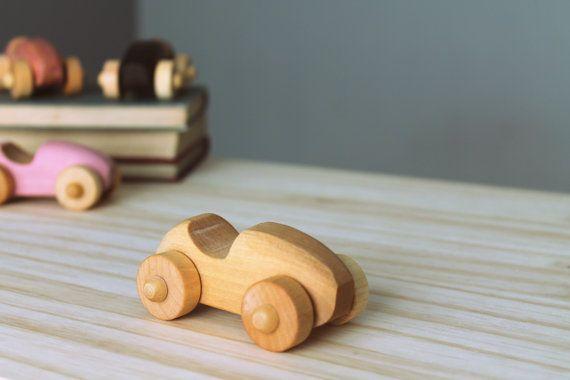 Kleinwagen aus Holz Recycling ökologisch Finish der Vintage-inspiriert! Aus Qualität Hartholz, dieses Auto ist sehr solide und als viel kleiner als in Großunternehmen unterhalten! Diesen zeitlose Klassiker ist das perfekte Geschenk für Kleinkinder, aber auch einsetzbar für die Dekoration oder sogar, eine bevorstehende Geburt ihres Geschlechts auf originelle Weise bekannt zu geben!  Dieses Factsheet ist für 1 Auto Farben zur Auswahl. Zeichen nicht enthalten.  ********************  Material…