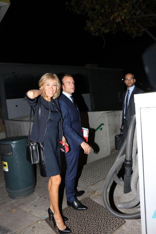 Emmanuel Macron et sa femme Brigitte Trogneux quittent TF1 après le journal de 20H et retournent à B