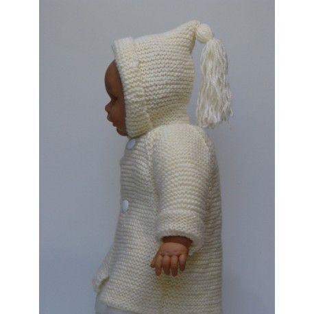 Manteau raglan pour bébé tricoté main. Paletot raglan de couleur blanc cassé avec capuche & gland. Très joli manteau tricoté main tout au point mousse en laine de marque irlandaise très douce & chaude . Qualité laine : Irlandaise , composition 50 % laine 50 % acrylique , colorie mixte , lavage 30°.