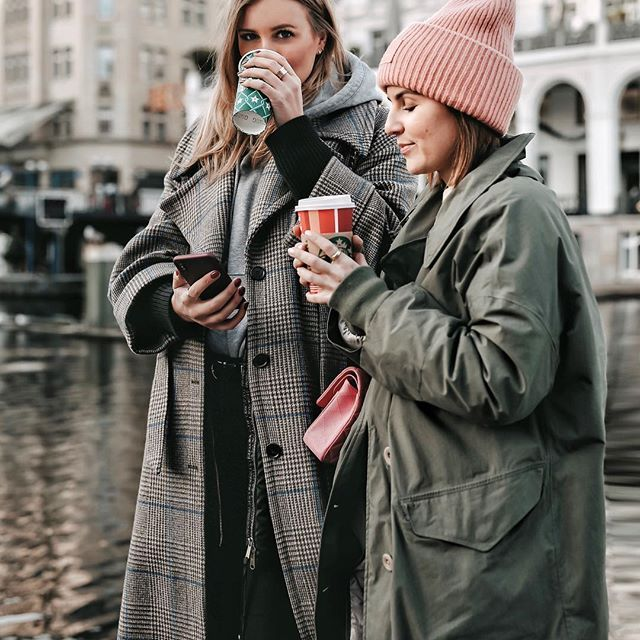 Streetstyle Winter Outfit Coffee To Go rosa Mütze