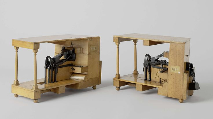 Bechameil | Model van een kettingstopper, Bechameil, 1833 | Model van een ankerstopper tussen twee dekken, identiek aan NG-MC-619-B. Bestaande uit een glijbaan voor de ketting op een klos en doorlopend door het bakboord kluisgat, en een zware duivelsklauw hangend aan een klos aan de scheepswand. Een beugel over de ketting borgt de klauw; de beugel wordt vastgezet met een gaffel, die door een takel aan de dekbalk wordt vastgesjord. Een houten ketting met namaakgewicht is aan dit model…