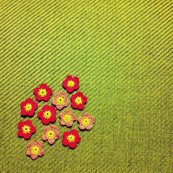 JAG VILL VIRKA DYGNET RUNT: Vintageklänningar och virkad blomster