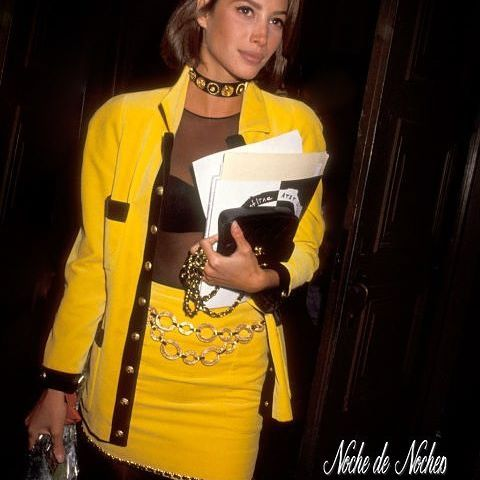 2016/11/18 04:38:13 nochedenoches.ve Volvamos a 1990 cuando se usaban los trajes de falda coloridos.  Nuetstro #TBT es para las ´fashionistas como Christy Turlington con top de transparencia y accesorios. Un vivo ejemplo que la moda siempre vuelve, eso sí, mejorada.  #NocheDeNoches #Tendencias #ChristyTurlington #ItGirl #Moda #90s #Amarillo #Transoarenvias #1990 #Fashion #Instalike #PicOfTheDay #Igers #Instagood #ILoveFashion #Accesorios #Ropa #Beautiful #Atelier
