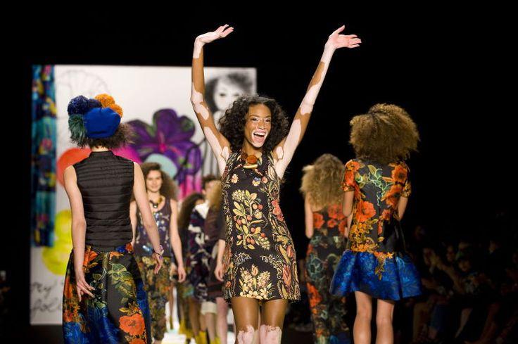 Chantelle Winnie: Die ganz schön Mutige - Tattoos, Piercings, Akne, Muttermale, Sommersprossen, schiefe Zähne, Pigmentflecken – im Zeitalter von Photoshop sind das keine Hürden für eine Modelkarriere. Auf retuschierten Hochglanzbildern verschwinden all diese Dinge. Nicht so beim dunkelhäutigen kanadischen Model Chantelle Winnie. Mehr zur Person: http://www.nachrichten.at/nachrichten/meinung/menschen/Die-ganz-schoen-Mutige;art111731,1869813 (Bild: EPA)
