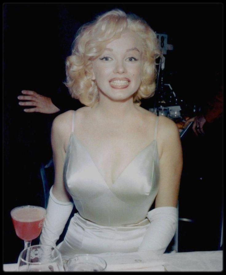 """13 Juin 1957 / Marilyn et Arthur se rendent à la Première du film « The Prince and the showgirl » au """"Radio City Music Hall"""" à New York. Jack WARNER était présent ce soir là. Marilyn revit Amy GREENE, enceinte de son deuxième enfant. Cela faisait plusieurs mois qu'elles ne s'étaient pas vues. Une fête fut ensuite donnée au """"Waldorf Astoria"""". Les critiques firent un accueil plutôt mitigé au film, mais reconnurent que c'était là une des meilleures interprétations de Marilyn, qui volait…"""