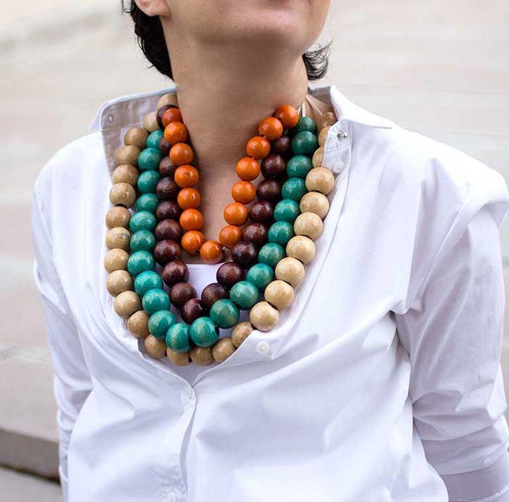 Afrika Renkli Ahşap Kolye.Renkli ahşap boncuk ve süet kullanılarak tasarlanmıştır.