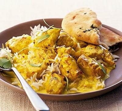 Pollo al curry marinato con yogurt, riso e verdure.