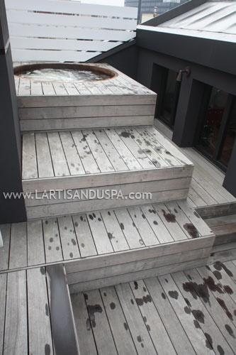Jacuzzi en bois sur toit-terrasse à Paris, avec terrasse en Ipé en estrades succesives.  Cedar wood jacuzzi on a building roof in Paris, France.